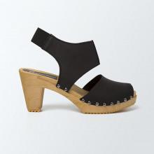 Sabot-sandales stylés en cuir noir cloutées et à lanière lisse