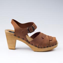 Sabot-sandales à boucle et cloutés en cuir gras camel