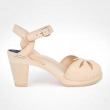 En exclusivité et en édition limitée. Très belles sandales suédoises de la marque Maguba au style délicat et élégant, en cuir naturel (nude) qui va naturellement se patiner avec le temps. Le bois est lisse et de couleur naturelle. La hauteur du talon est de 9 cm avec un plateau de 2 cm. La lanière est perforée sur le dessus avec de jolis motifs. Les lanières autour de la cheville sont entrelacées. Une gomme dure au niveau du socle en bois assure une protection et un confort supplémentaire. Entre 2 tailles, optez pour la taille au-dessous.
