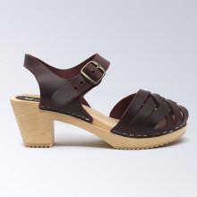 Une des nouveautés de cet été. Authentiques sabot-sandales suédois avec un tressage en cuir satiné bordeaux. Hauteur du talon de 7 cm. Une gomme dure au niveau du socle en bois assure une protection et un confort supplémentaire. Prendre sa pointure habituelle.