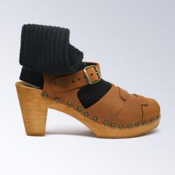 Sabot-sandales à boucle et cloutés en cuir nubuck camel
