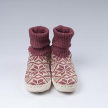 Typiques chaussons-chaussettes suédois avec une semelle en cuir véritable et une chaussette rose 100% laine vierge norvégienne toute douce. Ces chaussons-chaussettes très agréables à porter en tout saison à la maison sont assemblés et cousus main.