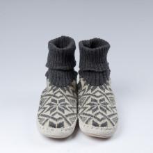 Typiques chaussons-chaussettes suédois avec une semelle en cuir véritable et une chaussette grise 100% laine vierge norvégienne (douce).Ces chaussons-chaussettes très agréables à porter en toute saison à la maison sont assemblés et cousus main.