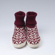 Typiques chaussons-chaussettes suédois avec une semelle en cuir véritable et une chaussette bordeaux 100% laine vierge norvégienne (douce).Ces chaussons-chaussettes très agréables à porter en toute saison à la maison sont assemblés et cousus main.