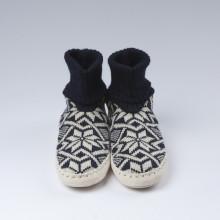 Typiques chaussons-chaussettes suédois avec une semelle en cuir véritable et une chaussette bleue foncée 100% laine vierge norvégienne (douce).Ces chaussons-chaussettes très agréables à porter en toute saison à la maison sont assemblés et cousus main.