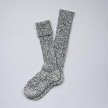 Formidables et agréables à porter chaque hiver. Longues chaussettes danoises grises chinées en grosses mailles de laine qui montent jusqu'au genou. Chaudes et parfaites en automne-hiver. Ces chaussettes ont la certification européenne ISO 14001 et Oeko-tex (certification environnementale, qualité de la laine). Composition 70% laine, 27% polyamide, 3% élasthanne. Lavable en machine programme classique (30°c) en retournant la chaussette. Disponibles en 37-39 (qui convient parfaitement au 36 et 40 également).