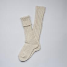 Formidables et agréables à porter chaque hiver. Longues chaussettes danoises couleur blanc cassé en grosses mailles de laine qui montent jusqu'au genou. Chaudes et parfaites en automne-hiver. Ces chaussettes ont la certification européenne ISO 14001 et Oeko-tex (certification environnementale, qualité de la laine). Composition 70% laine, 27% polyamide, 3% élasthanne. Lavable en machine programme classique (30°c) en retournant la chaussette. Disponibles en 37-39 (mais convient parfaitement au 36 et 40 également).