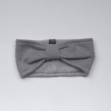 Bandeau en maille gris clair légèrement resserré sur le dessus de la tête. 100% laine. Doublure 80% coton et 15% polyamide.