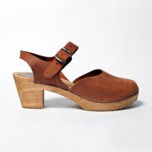 Authentiques sabot-sandales suédois fermés en cuir gras (nubuck) couleur camel. La hauteur du talon est de 7 cm. Une gomme dure au niveau du socle en bois assure une protection et un confort supplémentaire. Prendre sa pointure habituelle.