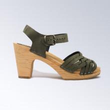 Un classique, élégantes et fines. Authentiques sabot-sandales suédois avec un tressage fin en nubuck vert foncé. Hauteur du talon de 9 cm. Une gomme dure au niveau du socle en bois assure une protection et un confort supplémentaire. Prendre sa pointure habituelle.