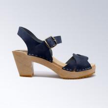 Authentiques sabot-sandales suédois avec 2 lanières entrelacées en cuir nubuck bleu marine. Hauteur du talon de 7 cm. Une gomme dure au niveau du socle assure une protection et un confort supplémentaire. Prendre sa pointure habituelle.