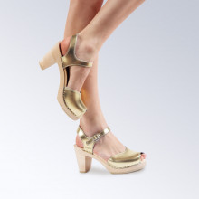 En exclusivité et en édition limitée. Très belles sandales suédoises de la marque Maguba en cuir avec une pellicule dorée ! Le bois est lisse et de couleur naturelle. La hauteur du talon est de 9 cm avec un plateau de 2 cm. La lanière est unique sur le dessus avec une petite ouverture à l'extrémité avant, très jolie. Les lanières autour de la cheville sont simples. Une gomme dure au niveau du socle en bois assure une protection et un confort supplémentaire. Prendre sa pointure habituelle.