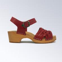 Authentiques sabot-sandales suédois avec lanières en cuir bordeaux au tressage fin. Hauteur du talon de 5 cm qui est la hauteur du sabot suédois classique. Une gomme dure au niveau du socle assure une protection et un confort supplémentaire.