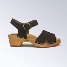 Authentiques sabot-sandales suédois avec lanières en cuir marron au tressage fin. Hauteur du talon de 5 cm qui est la hauteur du sabot suédois classique. Une gomme dure au niveau du socle assure une protection et un confort supplémentaire.
