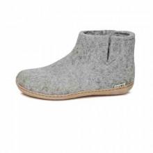 Bottine en feutre 100% pure laine naturelle avec une semelle en cuir de veau tanné végétal. La forme de la chaussure convient parfaitement aux contours du pied, assure le maintien et le confort. La tige se termine au niveau de la cheville.