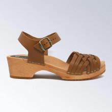 Sabot-sandales suédois en cuir cognac avec un tressage fin, pour enfants et petites pointures. Talon de 4 cm avec un plateau de 2 cm. Taille grand, nous vous conseillons de prendre une taille en moins.
