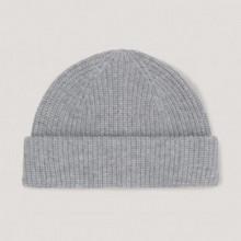 Ce bonnet épais a été confectionné dans un fil de laine et de cachemire à structure côtelée définie. Un ourlet à l'arrière et une coupe entièrement façonnée lui confèrent une finition nette.  Compo : 95% Laine 5% Cachemire