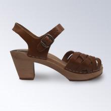Authentiques sabot-sandales suédois avec un tressage en cuir végétal cognac. Un classique qui va avec tout ! Hauteur du talon : 7,5 cm. Une gomme dure au niveau du socle en bois assure une protection et un confort supplémentaire.