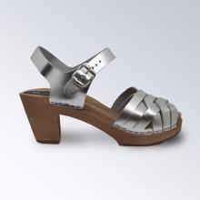 Authentiques sabot-sandales suédois avec un tressage en cuir naturel (au tannage végétal) qui se patine joliment dans les tons plus foncés avec le temps. Hauteur du talon : 7,5 cm. Une gomme dure au niveau du socle en bois assure une protection et un confort supplémentaire.