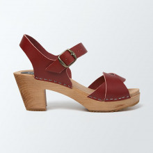 Un classique. Authentiques sabot-sandales suédois avec 2 lanières entrelacées en cuir rouge bordeaux. Hauteur du talon de 7 cm. Une gomme dure au niveau du socle assure une protection et un confort supplémentaire. Prendre sa pointure habituelle.