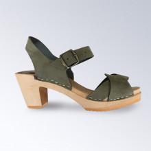 LE Nouveau modèle de l'été 2020 qui va avec tout ! Authentiques sabot-sandales suédois avec 2 lanières entrelacées en cuir nubuck kaki. Hauteur du talon de 7 cm. Une gomme dure au niveau du socle assure une protection et un confort supplémentaire. Prendre sa pointure habituelle.