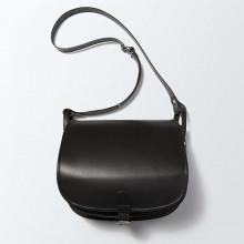 L'indémodable et classique besace en cuir noir de notre collection et qui ne fait que s'embellir avec le temps. Les dimensions permettent à ce sac de vous accompagner au quotidien. (LxHxP) : 27,5x23x13. Frais de port offerts !
