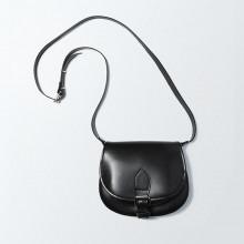 L'indémodable et classique besace en cuir noir de notre collection et qui ne fait que s'embellir avec le temps. En petit format, pratique. Dimensions(LxHxP) : 21x18x8
