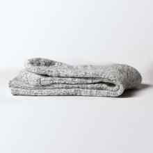 Légères et chaudes à la fois. Ces chaussettes islandaises sont douces du fait de leur composition laine d'agneau et angora. Elles sont légèrement renforcées aux extrémités du pied avec un élastique léger au niveau de la cheville. Composition 50% laine d'agneau, 20% angora, 25% polyamide, 5% lycra. Lavable en machine (40°c). Couleur grise. Elles peuvent se porter bien-sûr en automne et en hiver mais aussi en mi-saison.