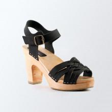 Un classique, fines et élégantes. Authentiques sabot-sandales suédois avec un tressage fin en cuir gras noir. Hauteur du talon de 9 cm. Une gomme dure au niveau du socle en bois assure une protection et un confort supplémentaire. Prendre sa pointure habituelle.