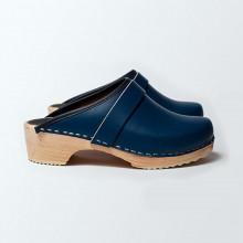 Authentiques sabot-sandales suédois en cuir bleu. Hauteur du talon de 5 cm qui est la hauteur du sabot suédois classique. Une gomme dure au niveau du socle assure une protection et un confort supplémentaire.