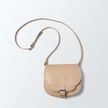 L'indémodable et classique besace en cuir naturel de notre collection et qui patine joliment avec le temps. En petit format, pratique. Dimensions(LxHxP) : 21x18x8 cm.