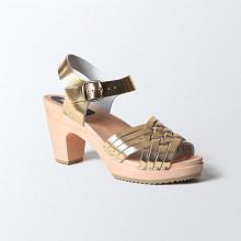 Authentiques sabot-sandales suédois avec un tressage fin en cuir gold. Hauteur du talon de 9 cm. Une gomme dure au niveau du socle en bois assure une protection et un confort supplémentaire. Prendre sa pointure habituelle.