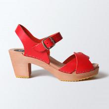 Authentiques sabot-sandales suédois avec 2 lanières entrelacées en cuir rouge (non traité, cuir au tannage végétal naturel). Hauteur du talon de 7 cm. Une gomme dure au niveau du socle assure une protection et un confort supplémentaire. Prendre sa pointure habituelle.