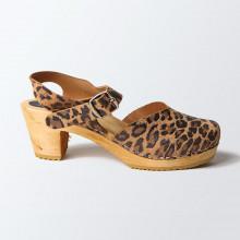 Authentiques sabot-sandales suédois fermés en cuir nubuck façon léopard. La hauteur du talon est de 7 cm. Une gomme dure au niveau du socle en bois assure une protection et un confort supplémentaire.