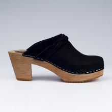 Authentiques sabot-sandales suédois hauts talon en cuir nubuck noir, avec une lanière décorative en forme de frise sur le devant. Hauteur du talon de 7 cm avec un plateau de 2 cm. Une gomme dure au niveau du socle assure une protection et un confort supplémentaire. Prendre sa pointure habituelle.