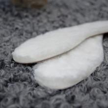 Un des best sellers et grands classiques en boutiques. Semelle en laine de mouton suédois. Ces semelles uniques et de grande qualité sont 100% laine suédoise, et apportent confort à vos pieds et à votre marche. Elles peuvent être mises dans toutes sortes de chaussures (ville, sport) et en toute saison, été comme hiver, et elles ne compressent pas le pied dans la chaussure. Le dessous de la semelle est en cuir. Couleur blanche. Les tailles sont fidèles. A essayer absolument, vous ne pourrez plus vous en passer.