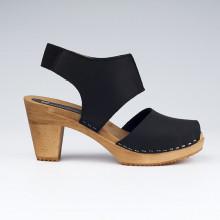 Sabot-sandales très confortables de type scandinave avec une découpe stylée et moderne. L'élastique à l'arrière de la large lanière en cuir permet un confort tout en maintenant très bien le pied dans la sandale. Hauteur du talon de 8,2 cm, avec un plateau de 2 cm. Une gomme dure au niveau du socle assure une protection et un confort supplémentaire. Prendre sa pointure habituelle.