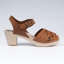Un classique, va avec tout.Authentiques sabot-sandales suédois avec un tressage en cuir gras camel. Hauteur du talon de 7 cm. Une gomme dure au niveau du socle en bois assure une protection et un confort supplémentaire. Prendre sa pointure habituelle.