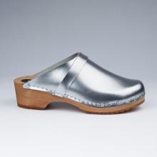 Authentiques sabot-sandales suédois en cuir argenté. Hauteur du talon de 5 cm qui est la hauteur du sabot suédois classique. Une gomme dure au niveau du socle assure une protection et un confort supplémentaire.