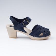 Authentiques sabot-sandales suédois avec un tressage en cuir nubuck bleu. Hauteur du talon de 7 cm. Une gomme dure au niveau du socle en bois assure une protection et un confort supplémentaire. Prendre sa pointure habituelle.