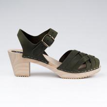 Authentiques sabot-sandales suédois avec un tressage en cuir nubuck kaki. Hauteur du talon de 7 cm. Une gomme dure au niveau du socle en bois assure une protection et un confort supplémentaire. Prendre sa pointure habituelle.