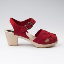 Belles sandales d'été. Authentiques sabot-sandales suédois avec un tressage en cuir nubuck rouge. Hauteur du talon de 7 cm. Une gomme dure au niveau du socle en bois assure une protection et un confort supplémentaire. Prendre sa pointure habituelle.