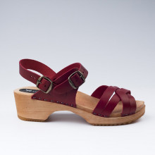 Traditional Swedish sandals with several braided straps in burgundy leather. Heel height : 5 cm which is the  same height as the traditional clog. A hard rubber on the wooden base provides extra protection and comfort. Take your usual size.