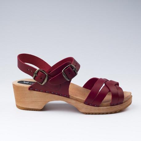 Sabot-sandales en cuir bordeaux à lanières tressées