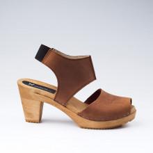 Sabot-sandales très confortables de type scandinave avec une découpe stylée et moderne. L'élastique à l'arrière de la large lanière en cuir permet un confort tout en maintenant très bien le pied dans la sandale. Hauteur du talon de 8,2 cm, avec un plateau de 2 cm. Une gomme dure au niveau du socle assure une protection et un confort supplémentaire.