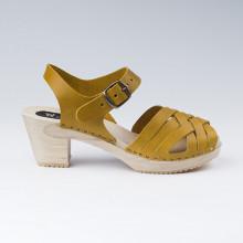SPECIAL PROMO La sandale du moment. Authentiques sabot-sandales suédois avec un tressage en cuir satiné moutarde. Hauteur du talon de 7 cm. Une gomme dure au niveau du socle en bois assure une protection et un confort supplémentaire. Prendre sa pointure habituelle.