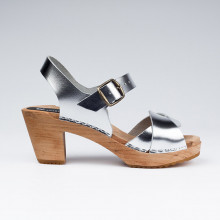 SPECIAL PROMO Authentiques sabot-sandales suédois avec 2 lanières entrelacées en cuir argenté. Hauteur du talon de 7 cm. Une gomme dure au niveau du socle assure une protection et un confort supplémentaire. Prendre sa pointure habituelle.