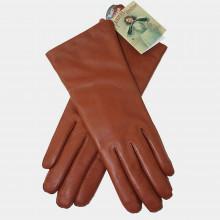 Classiques et élégants, ces beaux gants modèle femme sont en cuir couleur camel de la marque Randers Handsker, marque danoise bicentenaire etspécialisée dans les gants. 100% cuir de mouton résistant à l'eau. Les gants sont doublés en laine douce pour plus de confort. Existe en 3 tailles.