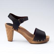 En exclusivité et en édition limitée, très belles sandales SANITA by L'Atelier Scandinave. Féminines et élégantes. En cuir marron foncé, avec des petits clous dorés sur les côtés. La hauteur du talon est de 9,5 cm et un plateau de 2,5 cm. Le socle est en bois avec une semelle en caoutchouc résistant. Prendre sa pointure habituelle.
