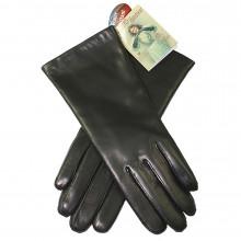 Classiques et élégants, et d'une qualité extraordinaire, ces gants femme sont en cuir noir de la marque Randers Handsker, marque danoise bicentenaire etspécialisée dans les gants. 100% cuir de mouton résistant à l'eau. Les gants sont doublés en laine douce pour plus de confort. Existe en 4 tailles.
